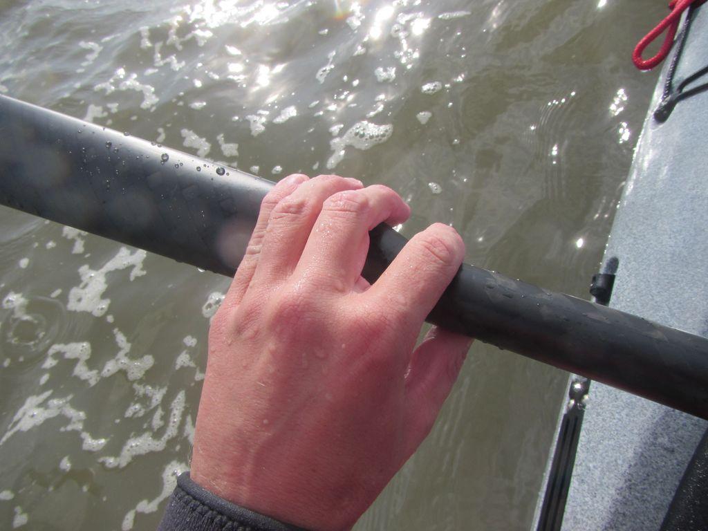 Zeigefinger und Daumen umgreifen den Schaft und die übrigen Finger das innere Ende des Paddelblattes