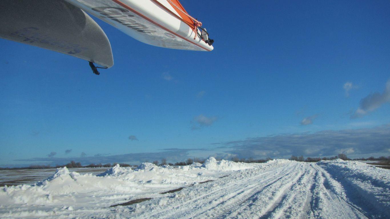 Fehmarn Transport Seekajaks verschneite Straße